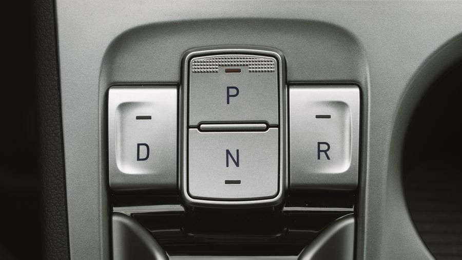 В Kona Electric также как и в Ionic отсутствует рычаг КПП, на замену пришла консоль на которую приходиться отвлекаться и переводить взгляд при парковке. Наверняка связанные с этим неудобства вызваны малым опытом управления именно этим автомобилем. Реальные впечатления можно увидеть на видео под этим тест-драйвом.
